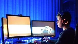 PCゲームをプレイする子供