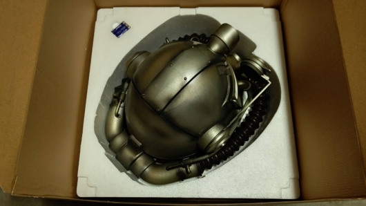 家に届いた「Fallout 76 Power Armor Edition (パワーアーマーエディション) 」のT51パワーアーマーヘルメットを上から撮影した写真