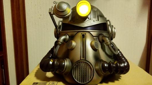 家に届いた「Fallout 76 Power Armor Edition (パワーアーマーエディション) 」のT51パワーアーマーヘルメットのライト