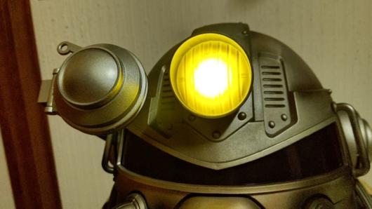 家に届いた「Fallout 76 Power Armor Edition (パワーアーマーエディション) 」のT51パワーアーマーヘルメットのライトのアップ