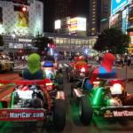 夜の街を走るマリカーのカート
